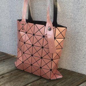 Handbags - Geometric tote bag w/inside pocket